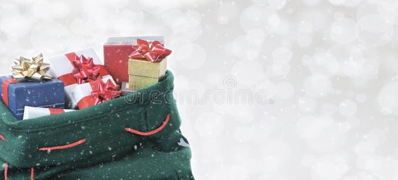 Bolso del juguete de Santa Claus en un fondo de plata del bokeh fotos de archivo libres de regalías