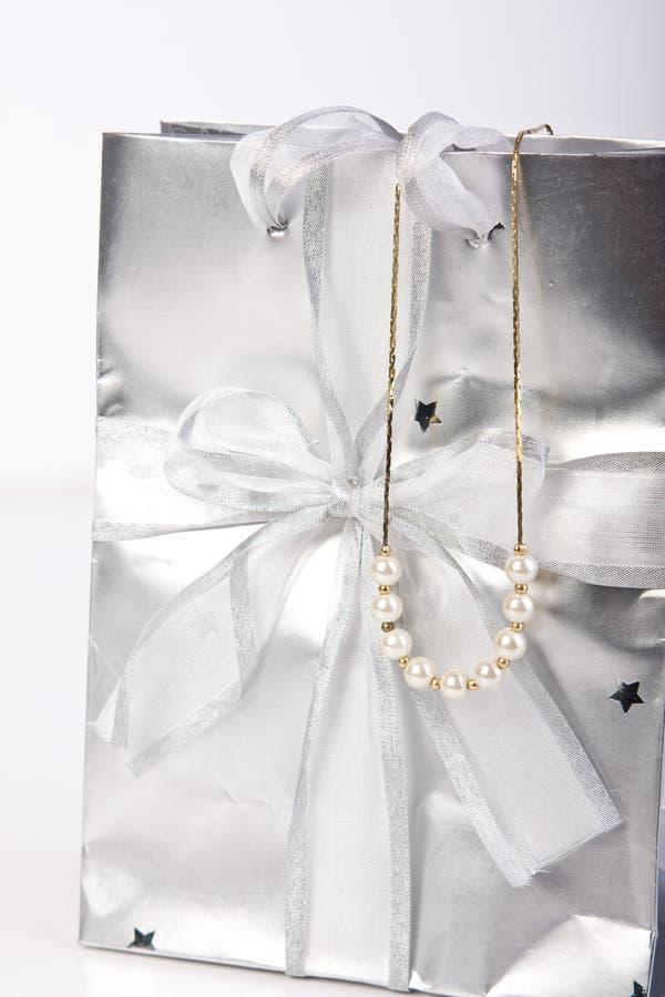 Bolso del regalo con joyería de la perla imagen de archivo