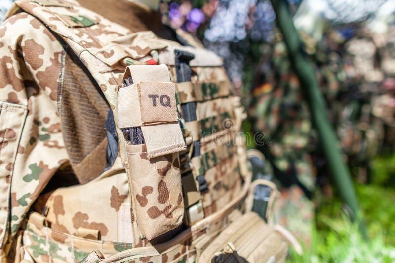 Bolso del torniquete de TQ en un uniforme alemán del desierto del soldado fotografía de archivo libre de regalías