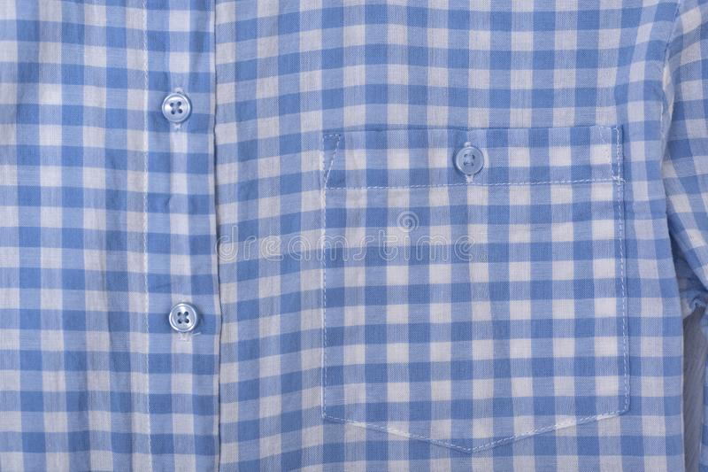 Bolso e botões em uma camisa quadriculado azul Close-up imagem de stock royalty free