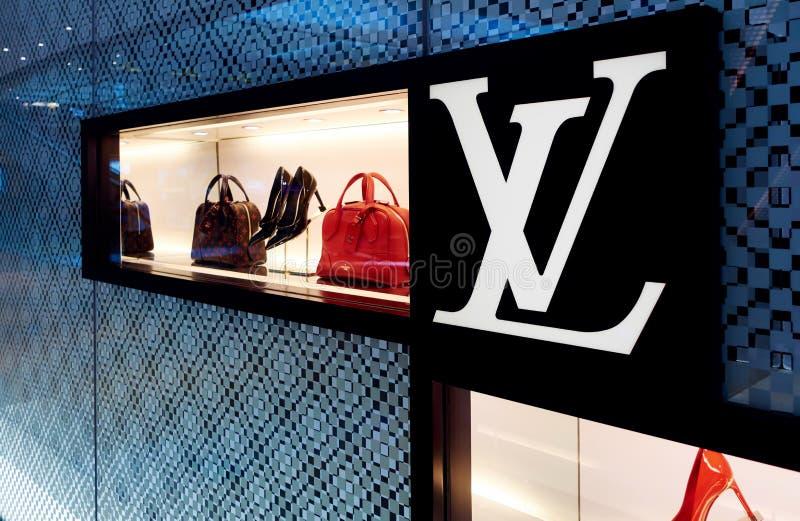 bolso en la ventana de la tienda de Louis Vuitton, logotipo del LV fotos de archivo