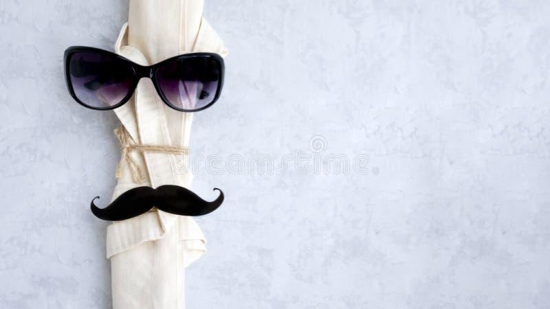 Bolso ligero de lino respetuoso del medio ambiente con los vidrios oscuros y el bigote negro imagen de archivo