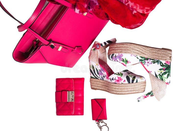 Bolso, monedero, sandalias y bufanda modernos del rosa del ` s de las mujeres en el fondo blanco foto de archivo