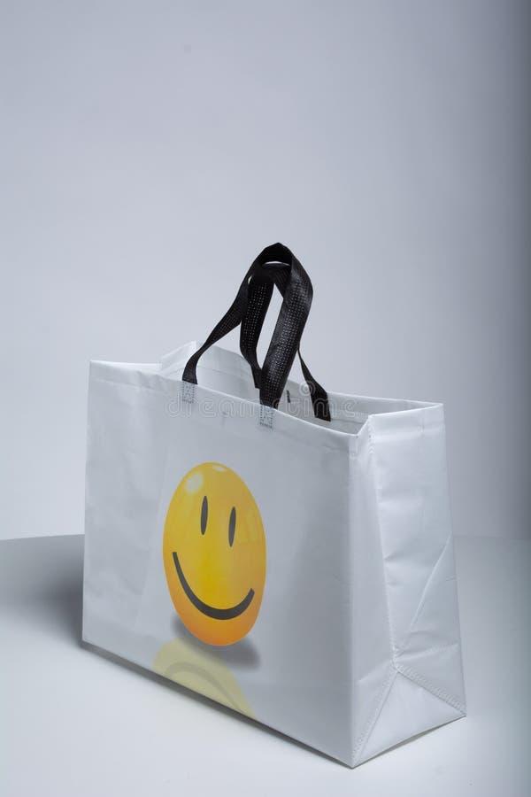 Bolso no tejido, bolso del polipropileno, bolso amistoso del eco, bolso blanco encajonado del color, bolso que hace compras hermo fotografía de archivo
