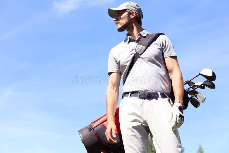 Bolso que camina y que lleva del jugador de golf en curso durante golfing del juego del verano imagen de archivo