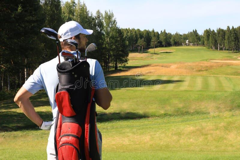 Bolso que camina y que lleva del jugador de golf en curso durante golfing del juego del verano foto de archivo