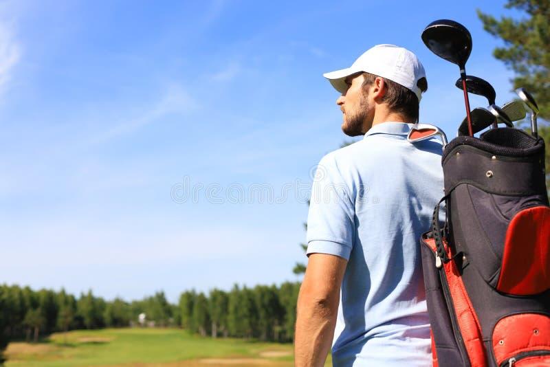 Bolso que camina y que lleva del jugador de golf en curso durante golfing del juego del verano fotos de archivo
