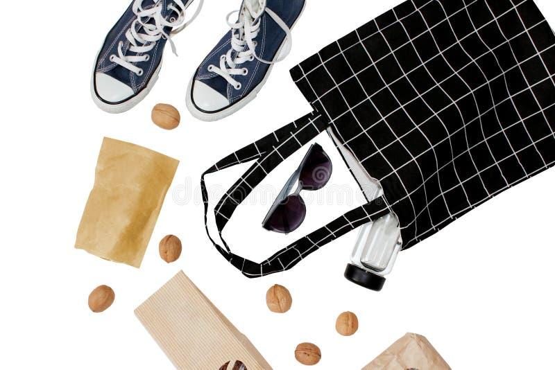 Bolso que hace compras de moda La bolsa de asas en blanco negra del eco del algod?n Protecci?n ambiental que recicla concepto El  fotografía de archivo libre de regalías