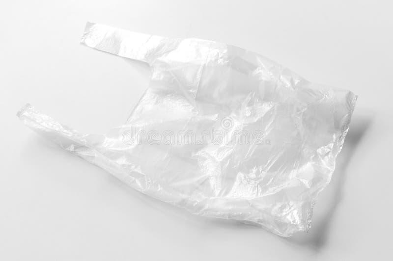 Bolso que hace compras plástico transparente en un fondo blanco Cosas que contaminan nuestro planeta y que matan a la naturaleza fotos de archivo libres de regalías