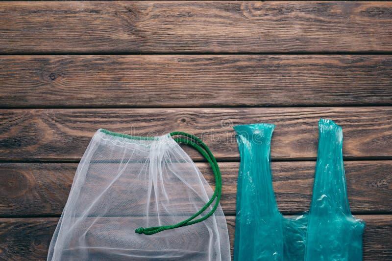 Bolso reutilizable del eco de la malla contra el paquete plástico, basura cero fotos de archivo libres de regalías