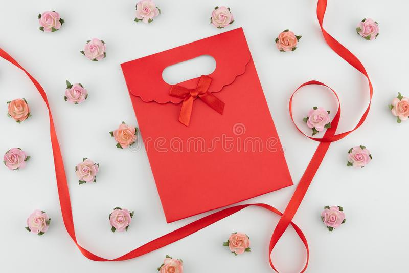 Bolso grande de flores de papel rojo