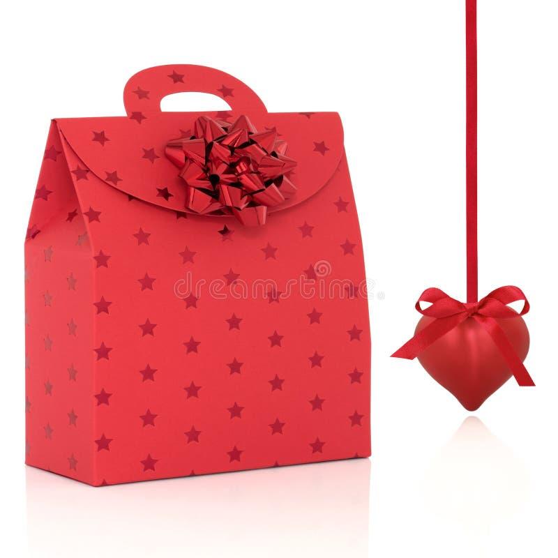 Bolso rojo del regalo y chuchería en forma de corazón foto de archivo