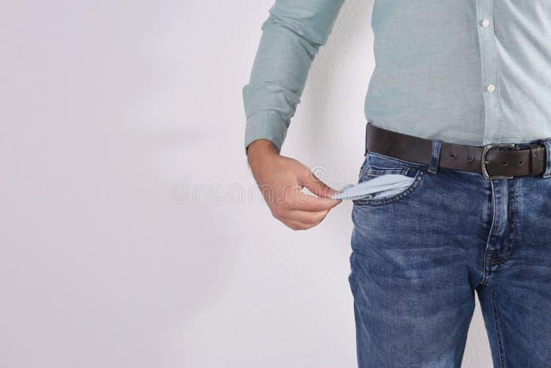Bolso vazio da exibição do homem no fundo claro, close up fotografia de stock