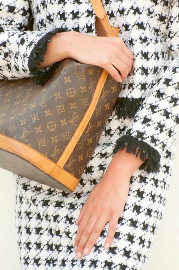 Bolso y Chanel del monograma de Louis Vuitton imagen de archivo