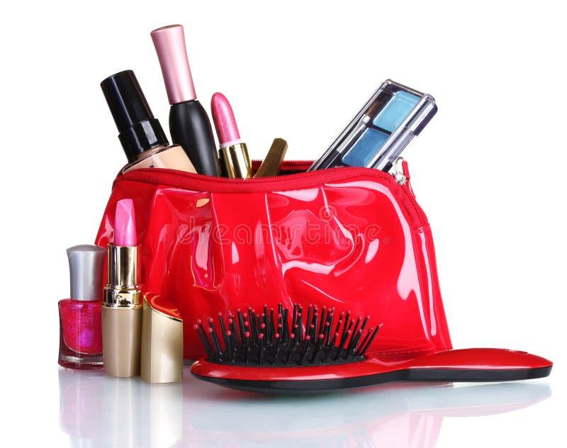 Bolso y cosméticos rojos hermosos del maquillaje fotografía de archivo