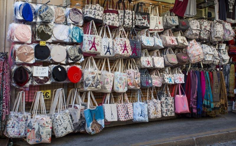 Bolsos con el logotipo de París en venta en la tienda de souvenirs de Montmartre en París, Francia foto de archivo