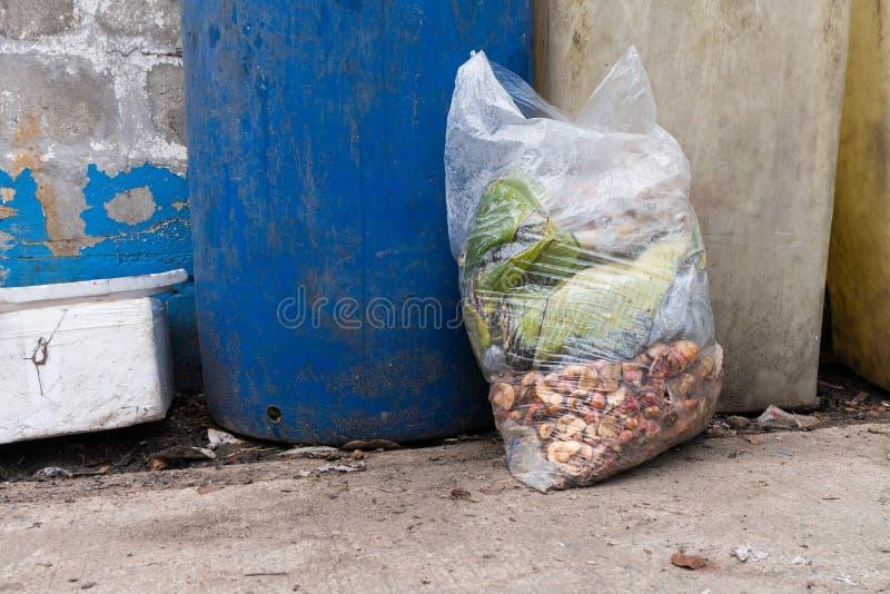 Bolsos de basura con los residuos orgánicos imagen de archivo