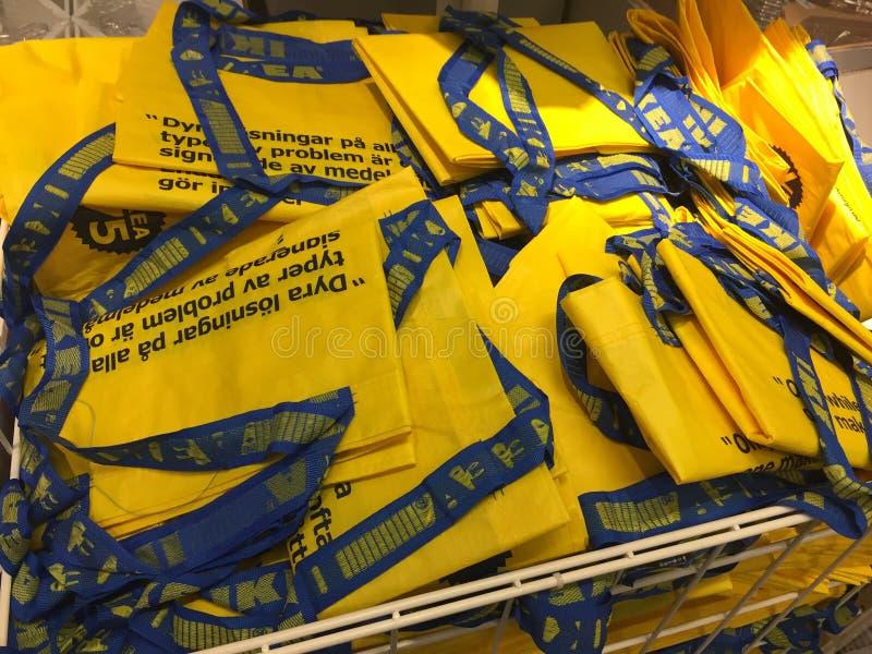 Bolsos de compras amarillos de Ikea fotografía de archivo libre de regalías