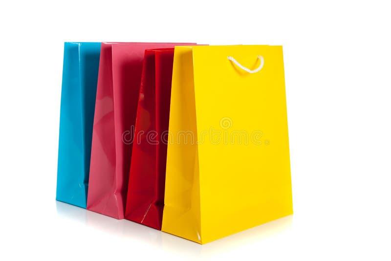 Bolsos de compras coloreados multi en un fondo blanco fotos de archivo libres de regalías