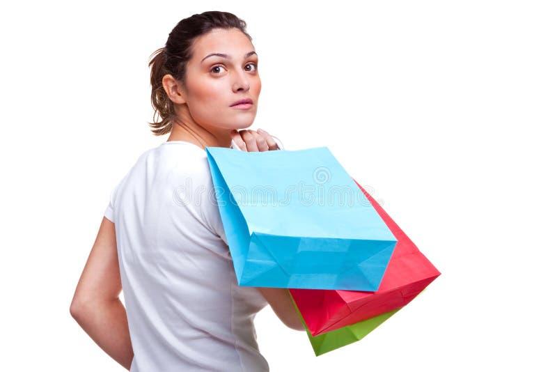 Bolsos de compras de la mujer que llevan joven imágenes de archivo libres de regalías
