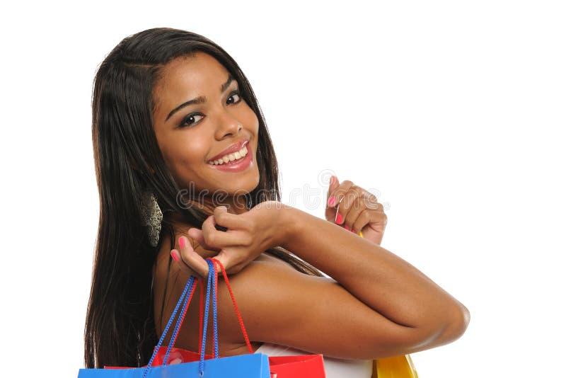 Bolsos de compras jovenes de la explotación agrícola de la mujer negra foto de archivo