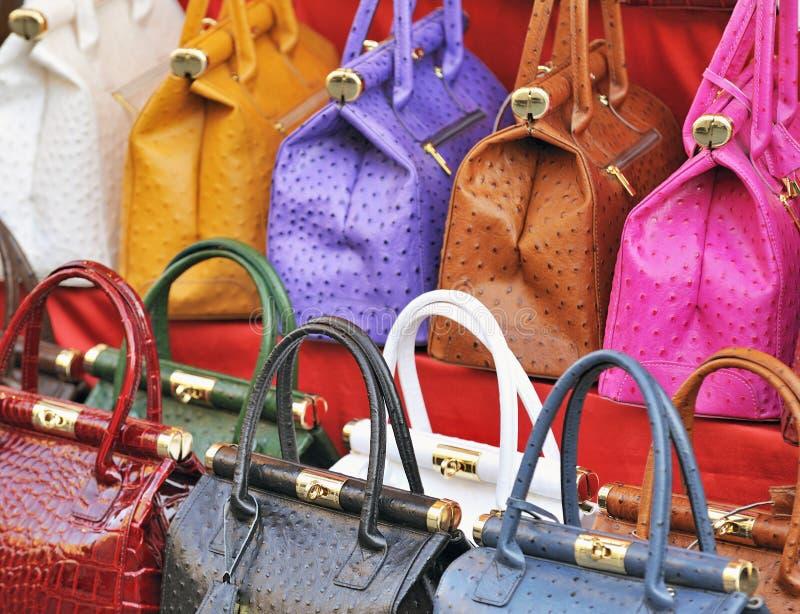 Bolsos de cuero brillantemente coloreados en mercado fotografía de archivo