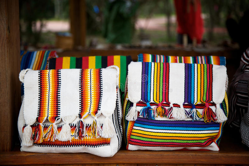Bolsos de Guarani para la venta en Iguazu Falls, la Argentina foto de archivo
