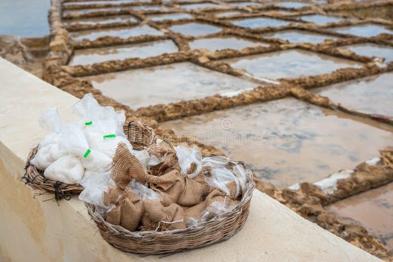 Bolsos de la sal de Gozo pequeños en Marsalforn imagen de archivo