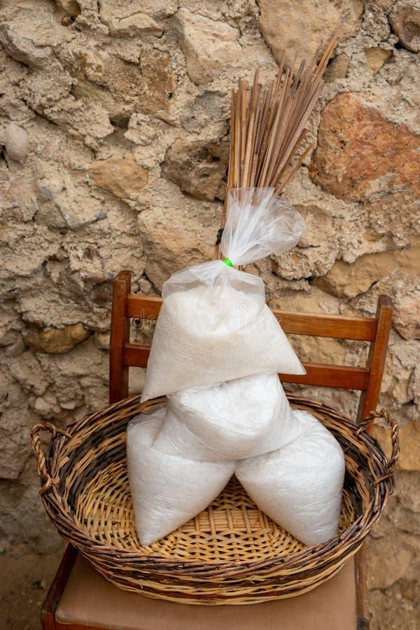 Bolsos de la sal para la venta en Marsalforn Gozo imágenes de archivo libres de regalías