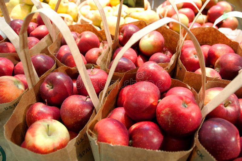 Bolsos de manzanas orgánicas foto de archivo