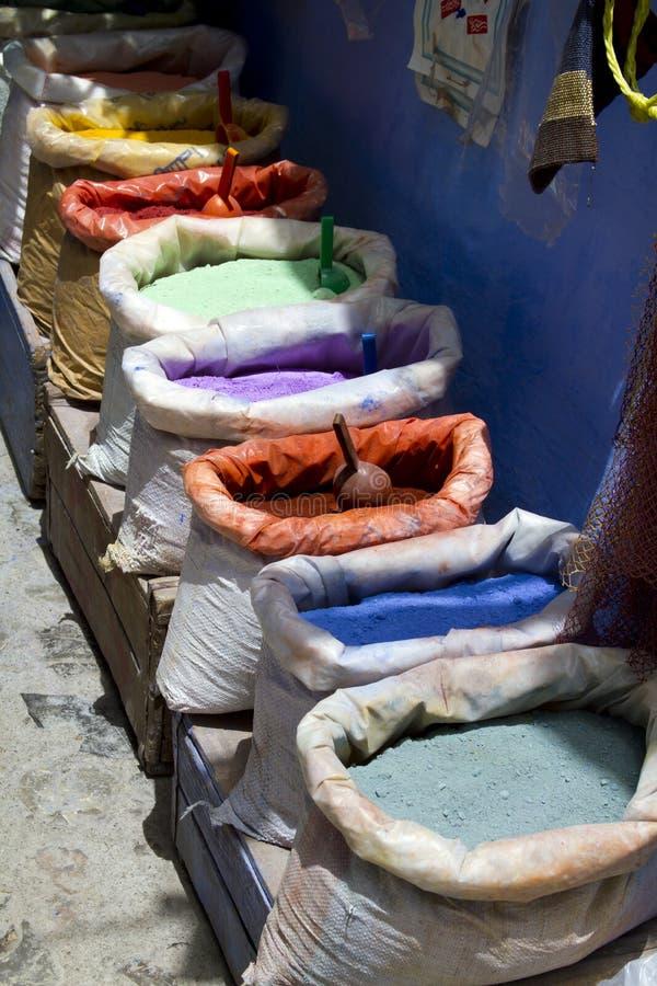 Bolsos de pigmentos naturales en mercado marroquí fotos de archivo libres de regalías