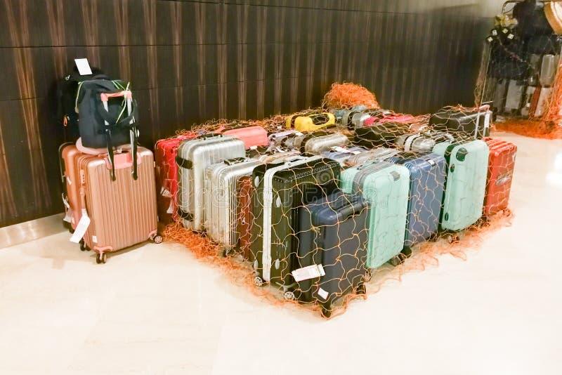 Bolsos del equipaje en el portero del hotel aislado y asegurado con la red imagen de archivo