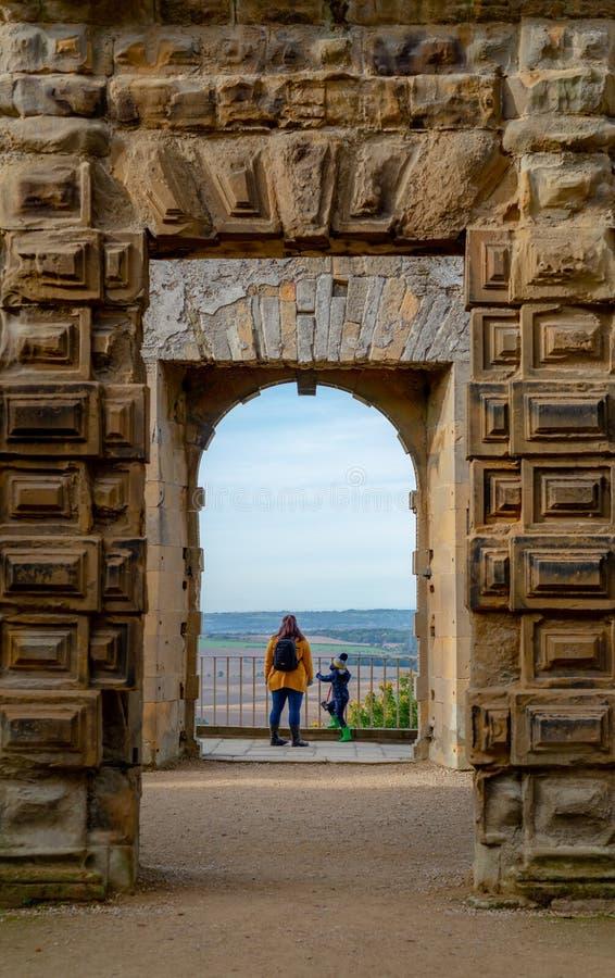 BOLSOVER, R-U - 7 OCTOBRE 2018 : Une mère et son fils regardant la vue du château de Bolsover photographie stock libre de droits