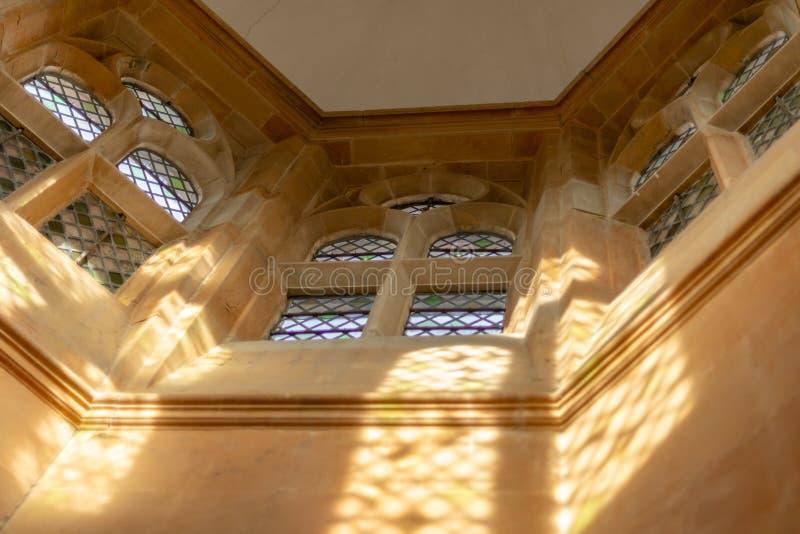 BOLSOVER, R-U - 7 OCTOBRE 2018 : Une vue de certaines des fenêtres en verre teinté dans le château de Bolsover photo libre de droits