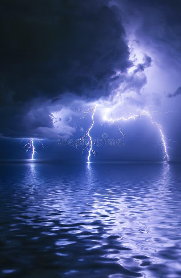 Bolt di fulmine biforcato alla notte immagine stock libera da diritti