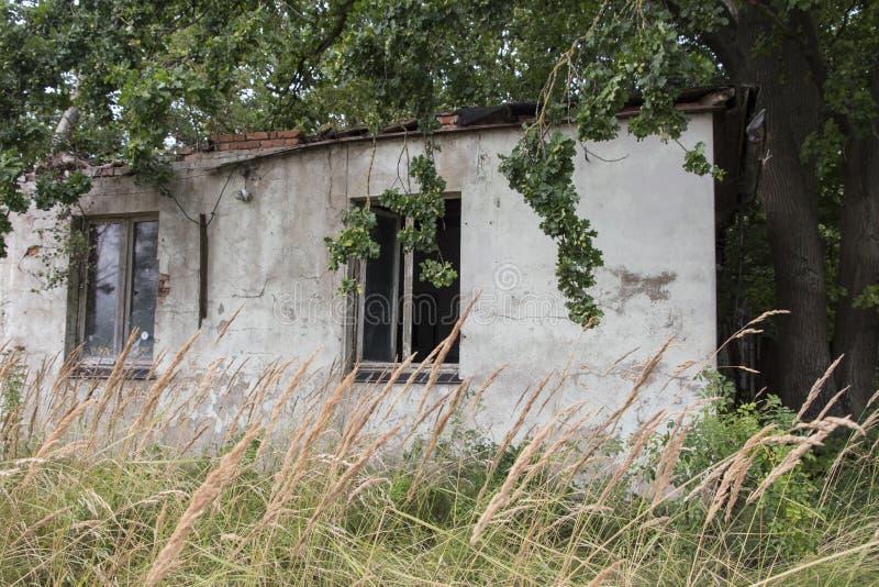 Boltenhagen, Alemanha - 20 de agosto de 2018: Construções abandonadas o foto de stock