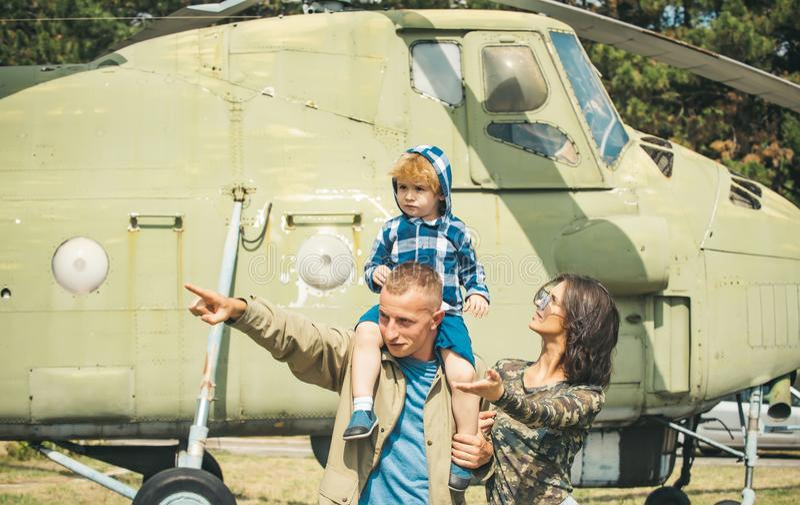 bolts muttrar för sammansättningsbegreppsfamilj Ung familj på den militära helikoptern Familjemedlemmar på retro flygplan Förälsk royaltyfria bilder