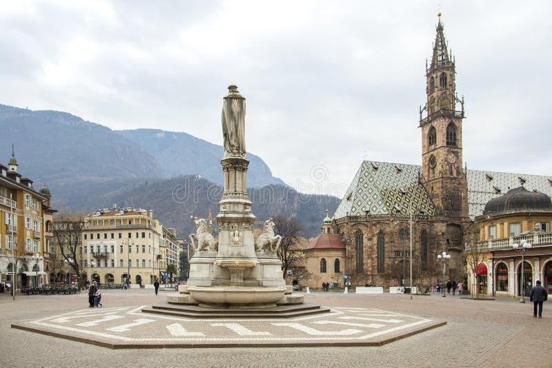 Bolzano, Tirol sul, Itália - 27 de janeiro de 2019: Praça Walther com os turistas no monumento ao der de Walther von do poeta fotografia de stock