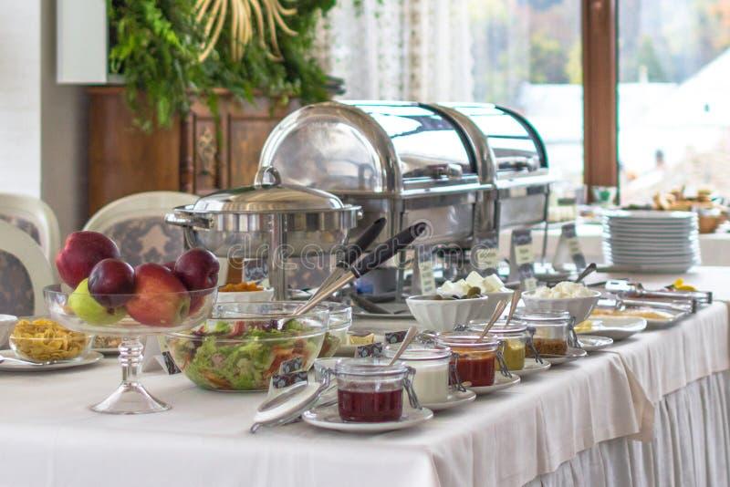 Bom café da manhã do bufete no hotel no tudo sistema inclusivo fotos de stock royalty free