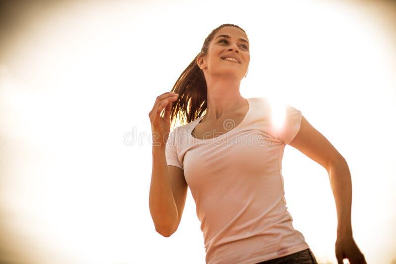 Bom corredor feliz e da sensação no dia ensolarado Mulher nova 15 imagem de stock royalty free