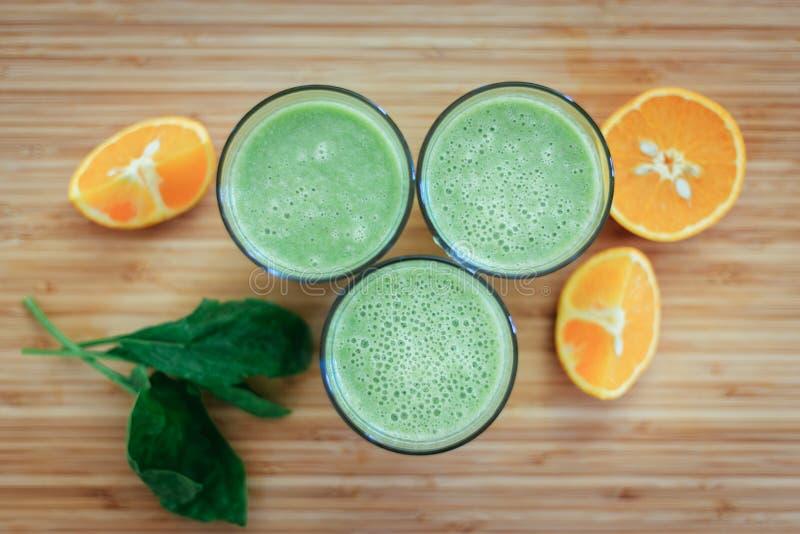 Bom dia: Batidos e frutos verdes frescos no fundo de madeira, café da manhã saudável fotos de stock