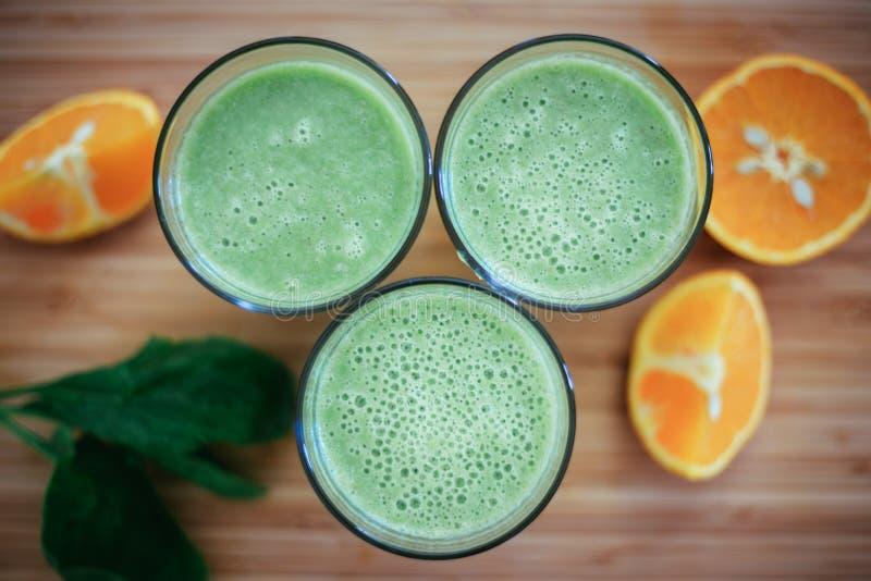 Bom dia: Batidos e frutos verdes frescos no fundo de madeira, café da manhã saudável fotografia de stock royalty free