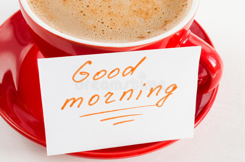 Bom dia da caneca e das notas do cappuccino na tabela rústica clara fotografia de stock