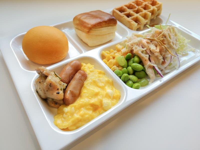 Bom dia delicioso do café da manhã com a bandeja de alimento no tabl branco fotos de stock royalty free