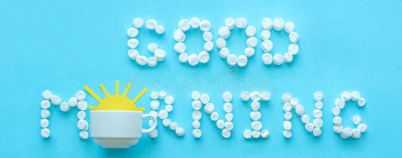Bom dia do copo do marshmallow e de café com sol de aumentação fotos de stock