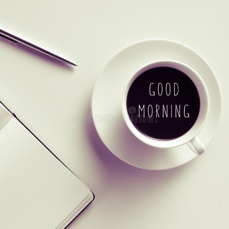 Bom dia do texto em uma xícara de café ou em um chá imagem de stock royalty free