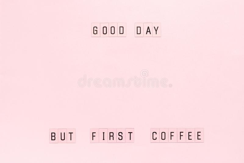 Bom dia do texto, mas primeiro café no fundo de papel cor-de-rosa pastel Molde da opinião superior da disposição para o cartão ou fotos de stock royalty free