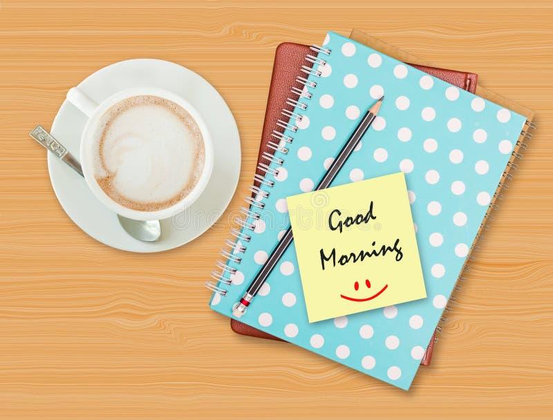 Bom dia e sorriso no papel vazio com copo de café fotos de stock royalty free