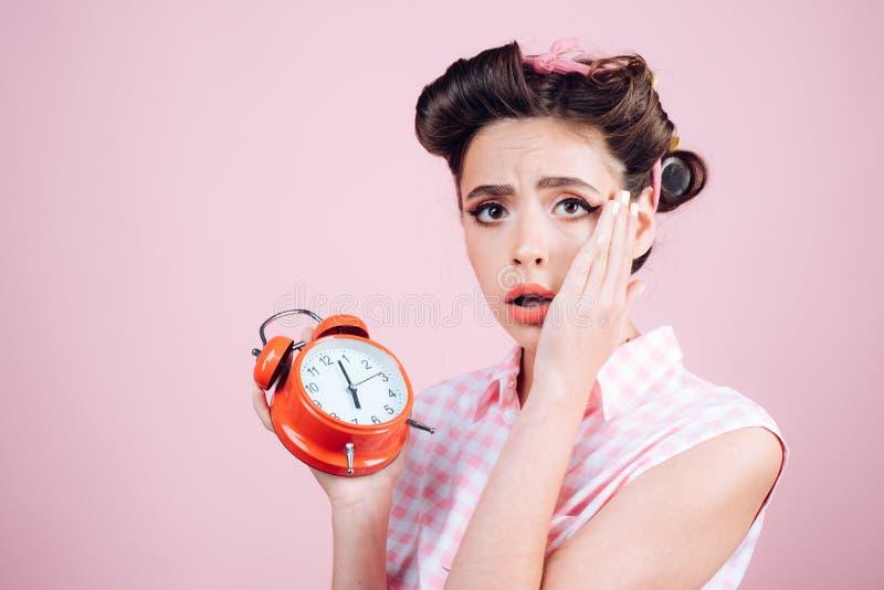 Bom dia Gestão de tempo menina do pinup com cabelo da forma mulher retro com despertador Tempo pino acima da mulher com imagens de stock