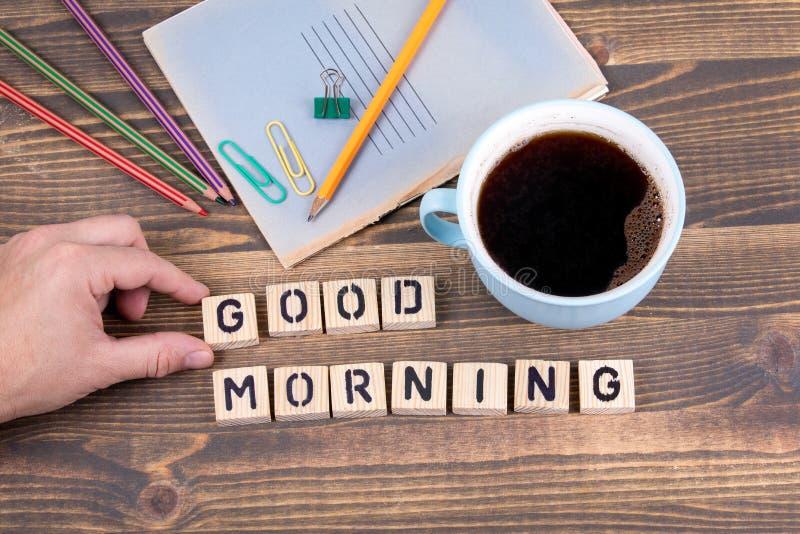 Bom dia Letras de madeira na mesa de escritório fotos de stock royalty free
